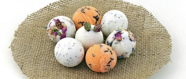 Eine nette Aufmerksamkeit sind die schäumenden Badekugeln. Zu Ostern bietet es sich an, die Masse für die Kugeln nicht mit Acrylkugeln zu formen, sondern Acryleier zu verwenden. Alternativ kann man auch Silikonformen in schönen Osterdesign verwenden.