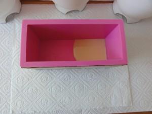 Teil der ersten Farbe in die Seifenform geben