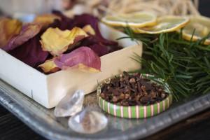 Für das selbst gemachte Potpourri können getrocknete Blüten, Zweige, Kräuter und Früchte verwendet werden.
